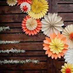 手工纸艺作品布置的婚礼现场