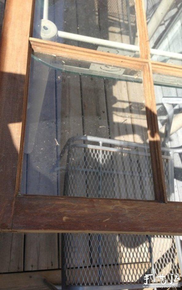 擦干净木框和玻璃上的灰尘