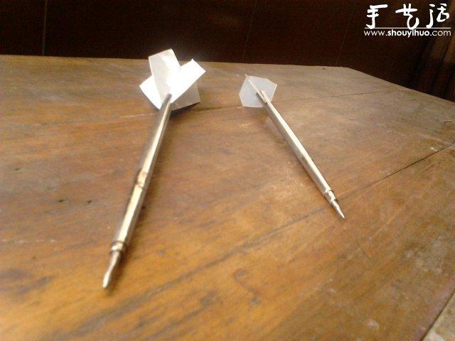 下面要介绍的是不锈钢筷子DIY飞镖,飞镖的制作方法。有一定难度的手工制作,工具不容易得到,制作过程也有一定的危险性,请谨慎! 需要的材料:铁钉,不锈钢筷子,电钻组(金刚砂锯,钨钢铣刀,羊毛轮,抛光膏),硬塑料片,剪刀,小螺丝钉。 Step 1:一根这样的不锈钢筷子。