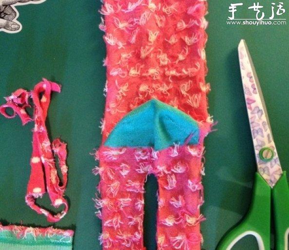 用剪刀把水消笔画出的两条平行线中间的袜子部分裁掉,效果如图.
