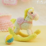 漂亮的针织小马玩具