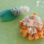 手工布艺制作带绿叶的花朵