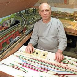 61岁火车迷的手工制作藏品