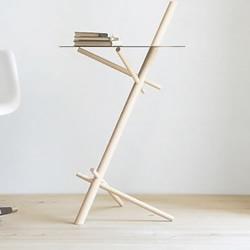 五根木棍和一个圆形桌面组合制作的桌子