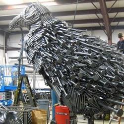 钉子DIY制作而成的巨鸟