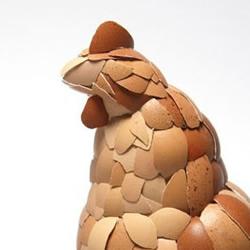 用鸡蛋壳手工创作的小母鸡
