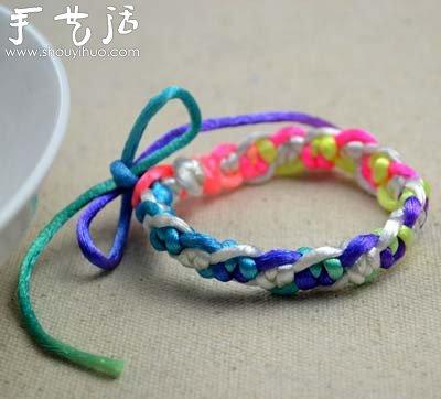 蛇结手链制作步骤: 1)把白色和彩色尼龙绳各剪下1.5米,然后对折。 2)彩色尼龙绳松散的打一个结,上方圆环直径约2厘米,如图所示。 3)把白色尼龙绳插入彩色结中,拉紧固定。 4)先用白色尼龙绳打一个蛇结,接着用彩色尼龙绳打第二个蛇结,这样交替打结。 5)打结直到所需长度,然后把白色尼龙绳打一个固定结后齐根部烧断,彩色尼龙绳则留下7至8厘米尾巴,其余烧断。