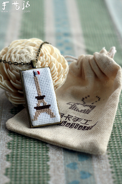十字绣DIY制作的精美小饰品,惹人喜爱,真想把这些十字绣作品统统藏进自己的小空间,再也不拿出来。十字绣是一种古老的民族刺绣,具有悠久的历史。在我国许多少数民族的日常生活中,一直以来就普遍存在着自制的十字绣的工艺品。由于各国文化的不尽相同,随着时间的推移,十字绣在各国的发展也都形成了各自不同的风格,无论是绣线、面料的颜色还是材质、图案,都别具匠心。十字绣用专用的绣线和十字格布,利用经纬交织的搭十字的方法,对照专用的坐标图案进行刺绣,只要有绣法图案,任何人都可以绣出同样效果的一种刺绣来,所以为大众所喜爱。