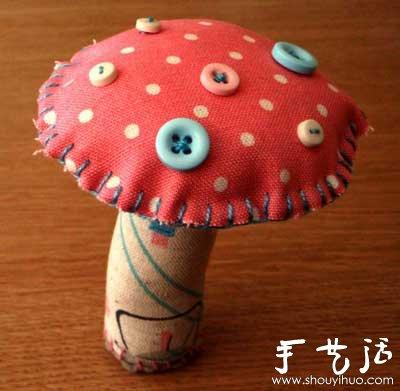 手工布艺制作蘑菇,鲜艳的色彩搭配可爱的小纽扣