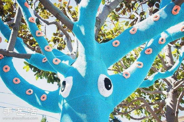 希望能让自己的城市更加美好,加利福尼亚的两位艺术家Jill和Lorna近期对一棵树进行了有趣的创意DIY——给树织衣服。她们用醒目的蓝色毛线为大树针织了一件毛线外套,配合上特意设计的眼睛和章鱼爪,大树立马化身成为了一只大章鱼,有趣好玩的创意让这座城市多了一份新鲜和亲切感。