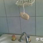 肥皂很难拿起,可以试试给它穿根绳子!