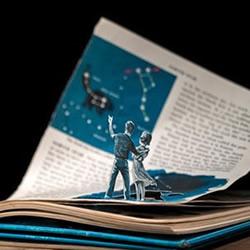 人物剪纸与书本图案的互动DIY