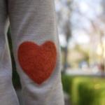 用绒布给衣服破洞DIY一个心形