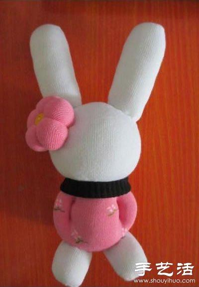 再将纽扣缝上作为眼睛,画上或缝出兔子的鼻子和嘴巴,一只可爱呆萌的