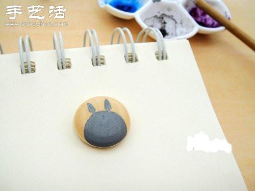 用浅灰色丙烯颜料手绘出喜欢的图案,我这里画的是龙猫.