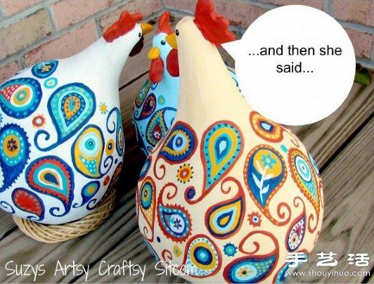 葫芦创意手工DIY,制作圆滚滚的可爱大公鸡。大大的身子、小小的脑瓜,光这造型就已经够萌的了,更何况搭配手绘的精美图案,让这不起眼的材料变身成了让人爱不释手的漂亮手工艺品。只要找好干葫芦等材料,手工制作没有任何难度,如果你会一点手绘,那就更容易DIY出相当精美的手工佳作了。喜欢心动了吧,是不是已经开始考虑将制作好的大公鸡摆件放在家里的哪个位置了呢,赶快跟着下面的图解教程一起来尝试制作吧。
