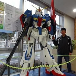 日本66岁爷爷耗时8月手工打造高达模型