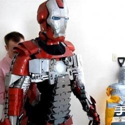 钢铁侠迷DIY可折叠成手提箱的逼真盔甲