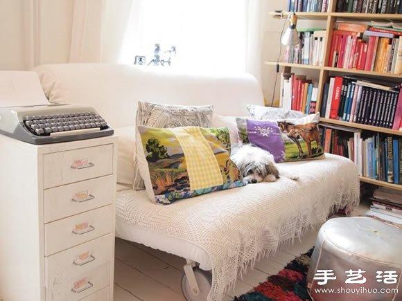 温馨简单的一居室单身公寓,有两个明亮的大窗户,采光非常好,通风性也强,没有过多复杂的设计,只是简单的家居,一床,一桌,一椅,一书架,一沙发等,随意地变动方位,再加上一些颜色点缀,生活与工作于一体,温馨又舒适。