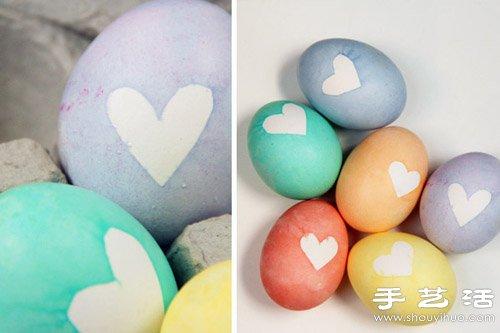小朋友们一定喜欢的可爱小手工,制作方法也是非常简单的呢,只要将鸡蛋用颜料上色后,贴上爱心小纸片就完成了。制作时最好选用煮熟的鸡蛋哦,否则鸡蛋壳碎裂就麻烦了。自己动手制作爱心彩蛋,送给爸爸妈妈还有小伙伴们,表达小小心意,实在是种很不错的创意礼物呢~