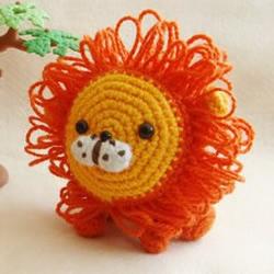 毛线制作的可爱小狮子玩偶