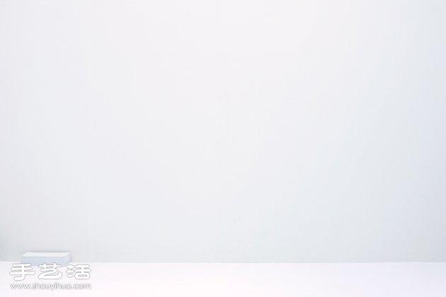 """今天要介绍的是小编相当喜欢的一件作品 """" Blow """" 这是一组五件式的白色钢制书架 每一个组件不是传统式的水平承板形式 而是模仿飞舞的A4纸张,物品承放面是不规则行的弯曲面 共有五个不同的飞舞状态"""