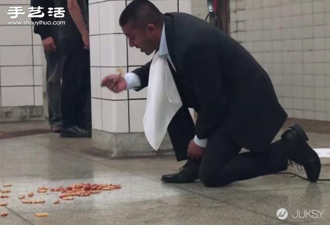 国外一男子直接吃地铁站地上的食物