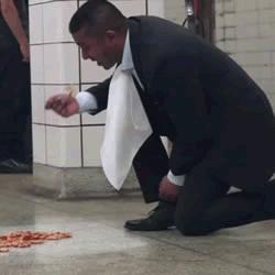 太饿?国外一男子直接吃地铁站地上的食