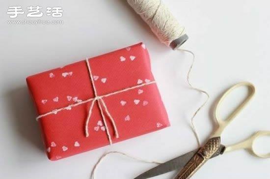 昨天手艺活跟大家介绍了如何在包装纸上DIY立体心形图案,大家有没有去尝试呢,如果觉得有点麻烦不如来试试今天的创意。找出一支带橡皮擦的铅笔,然后用刻刀将橡皮擦刻成心形,就得到了一个简单的橡皮章,再蘸上颜料在礼品包装上尽情敲吧!超简单的创意小制作,感兴趣的朋友们一起来DIY试试吧~