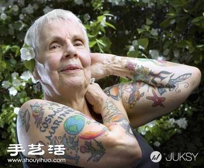 奶奶每天晚上让我插_谁说只有霸气的刺青,奶奶身上缤纷的色彩为她增添一翻美丽风韵