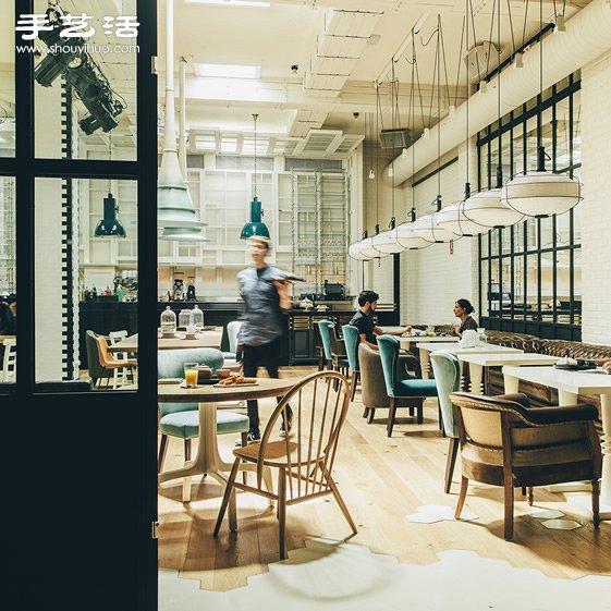巴塞隆纳这家小酒馆,就有着这样既传统又革新的空间和餐点,短短开幕两个月,已造成当地的一股炫风,除了既有的 Bistro 之外,更额外设计了一间「茶室」,提供地中海美食和进口啤酒之外,更从茶叶盛产地,如中国、越南、斯里兰卡、印度、日本、非洲採购各式各样的茶叶。 400 平方公尺的大空间,以自然投入的明亮光线打造一种清新和谐的氛围,里面的空间更提供了艺术工作者为表演场地,不管是绘画、多媒体艺术、音乐、甚至诗歌吟诵,以及各式各样的表演形式。