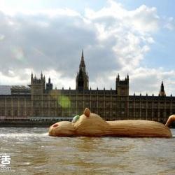 巨型河马出没!伦敦泰晤士河里的木制河