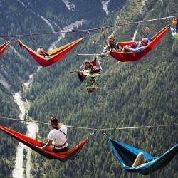 """阿尔卑斯山开""""高峰会议""""的极限运动者"""