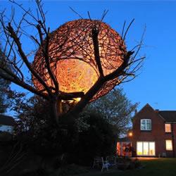 枯萎樱桃树上的美丽鸟巢型柳枝编织树屋