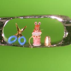 大头针针眼里的超微型雕刻艺术