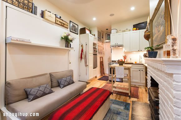 现代人真的很苦,老实说,住在都市里的现代人更苦。为了生活方便与工作,节省惊人的房租(当然还有对于曼哈顿的热爱),准夫妻 Jourdan Lawlor and Tobin Ludwig 委身在这个位于 曼哈顿西12街上的小小小 20平方米套房。据说是某个学生宿舍的前身。 但是对于生命以及生活充满热情的夫妻俩,可不愿意让这点『小障碍』妨碍了他们的生活情趣。好在纽约这些超过百年的房子都拥有不错的采光与高度,让他们有机会可以让这个20平方米套房,变身为一个可爱温馨的小窝。他们用了许多精美的摆设与家具,更重要的是