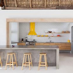 传统茅草屋顶以及木质结构筑成的别墅设