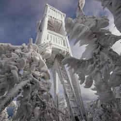 斯洛维尼亚山区极端冰雪场景摄影作品