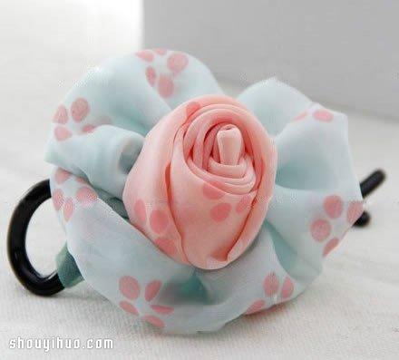 准备好带小花图案的素雅蓝和浅粉红两种不织布,一个金属发夹,针线图片