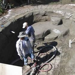 国外网友自家后院挖坑 DIY私人游泳池!