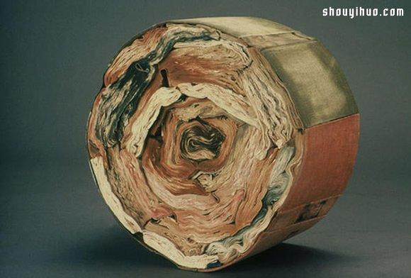 在 Jacueline Rush Lee 的作品中,书本经过一道道浸泡、干燥、拧紧等工续,或者坚硬如木头雕刻,或者呈现出碳化的质感,摆弄出浴火重生后的凤凰姿态。或者以纸捲出花一般的形态,或者干脆挤压于书皮之下,回归到类似于年轮的原始形态。不论是哪种,在书本改变了原本形态之后,固然已经读不出书中的内容,却透过雕塑品的形态,继续与世人分享它的美丽与哀愁,继续隽永流长。