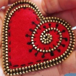 利用坏掉的金属拉链和毛毡布制作心形小