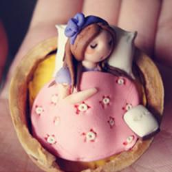 睡在核桃壳里的小姑娘用软陶粘土制作而