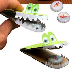 利用硬纸板和金属瓶盖DIY制作幼儿鳄鱼玩具