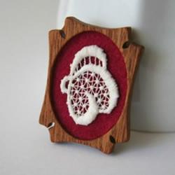 特色刺绣小饰品 将手工刺绣与小木块结合