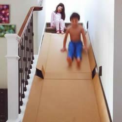 废弃纸箱DIY制作滑梯 家有楼梯就试试看吧