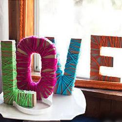 """利用废纸箱和毛线制作""""LOVE""""的方法"""