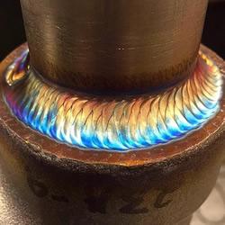 利用焊接工艺在金属管上烧出一圈魔幻彩虹