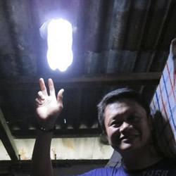 矿泉水瓶废物利用DIY制作真正的日光灯