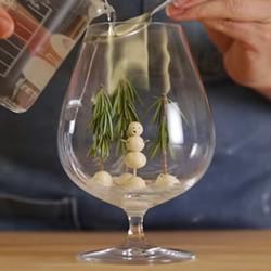 高脚玻璃杯DIY手工制作浪漫雪景造型杯的方法